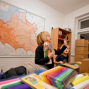 Pakowanie zebranych przyborów w naszym biurze.